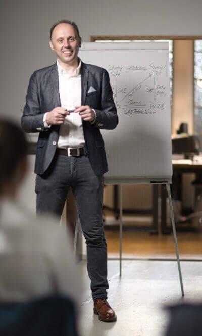Dr. Marcus Berger während einem Seminar. Als Experte gibt er Unternehmen und Ihren Mitarbeitern und Mitarbeiterinnen wertvolle Hilfestellungen.